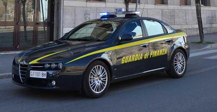 Foto di una vettura della Guardia di Finanza vista di lato