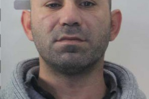 Tenta di rapinare un edicolante minacciandolo con un coltello, arrestato 36enne