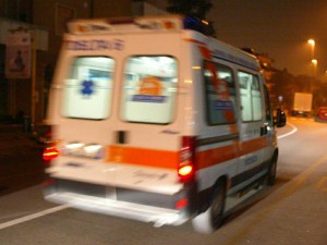 ambulanza 118 che corre notte