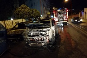 Due auto in fiamme a Paradiso. Donna illesa