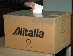 Un dipendente dell'Alitalia al voto per il referendum sul verbale di confronto siglato al ministero dello Sviluppo Economico lo scorso 14 aprile per il rilancio della compagnia, 20 aprile 2017. ANSA/ TELENEWS