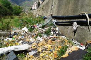 Torrenti cittadini adibiti a discariche, è rischio ambientale