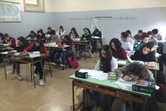 Liceali durante la prova letteraria