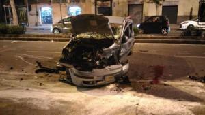 Foto della Fiat Panda, guidata da Lorena Mangano, dopo l'incidente in via Garibaldi