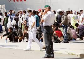 Foto di migranti al porto