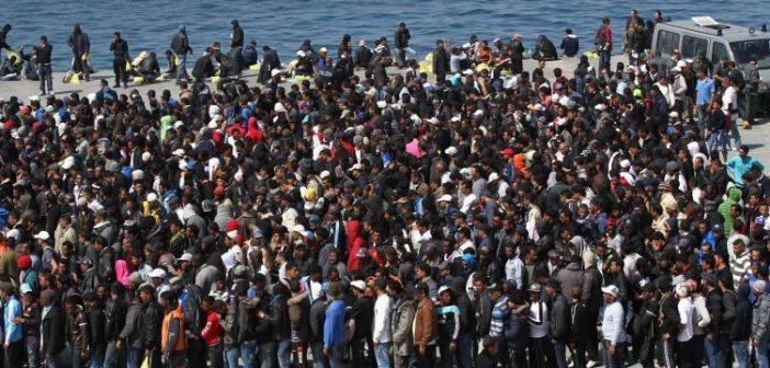 folla di migranti