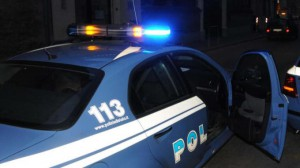 Foto di repertorio, Volante della Polizia di Stato in notturna