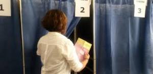 elezioni, elettrice all'urna
