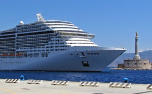 Ingresso di una delle decine di navi da crociera che, annualmente, attraccano al Porto di Messina