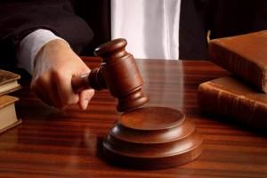 immagine di un giudice che impugna il martelletto