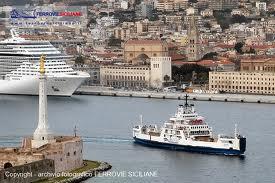 stretto con navi e città foto molto bella