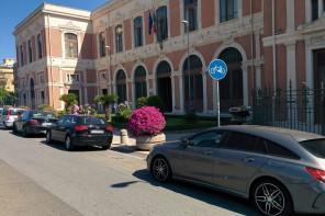 Benvenuti a Messina, dove la pista ciclabile diventa parcheggio auto