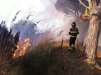 Intervento dei vigili del fuoco sugli incendi a Messina