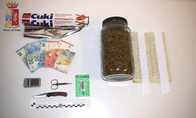 Un chilo e 300 grammi di marijuana in casa: arrestato dalla Polizia