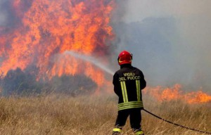foto di un vigile del fuoco - incendi