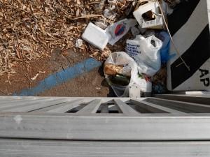 Dettaglio immondizia e buste di plastica - Parcheggio fermata tram Annunziata