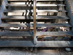 Foto della scaletta della fermata del tram all'Annunziata, sporcizia e immondizia ovunque