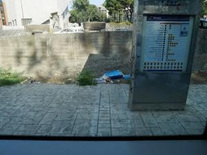 Foto della banchina della fermata del tram all'Annunziata, rifiuti e scarti di plastica