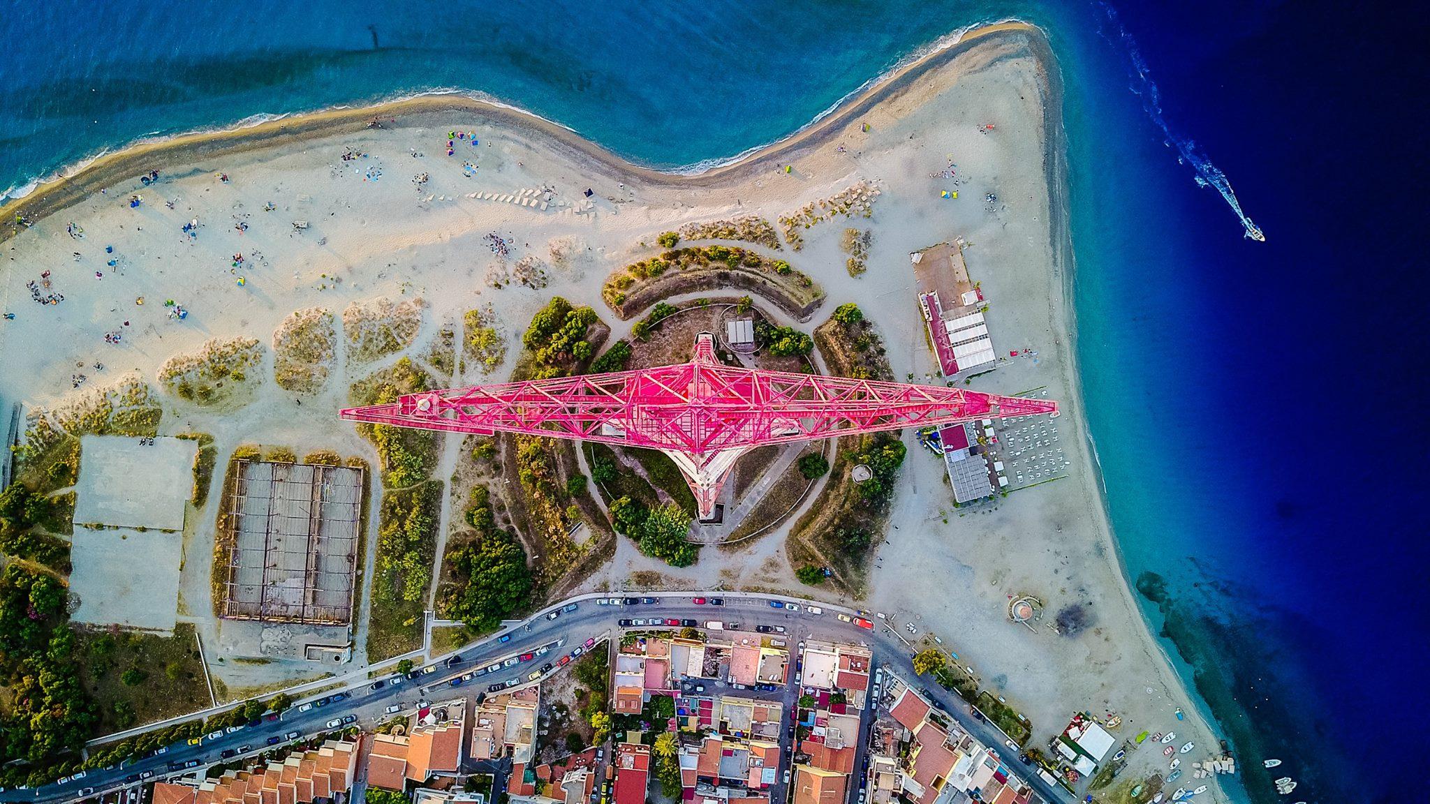 Foto dall'alto della punta di Torre Faro, Pilone, costa e mare di Messina