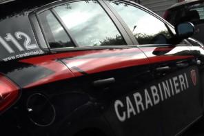Foto dell'auto dei Carabinieri vista da dietro