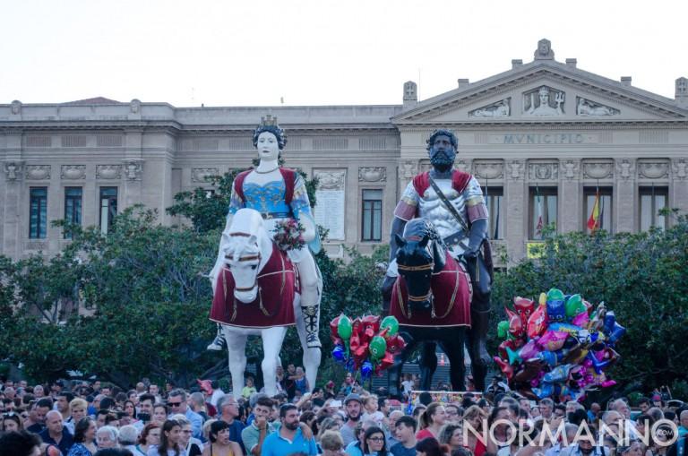Foto dei Giganti, Mata e Grifone di fronte al Comune di Messina