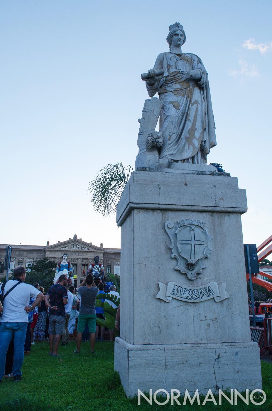 Foto statua antistante Comune di Messina