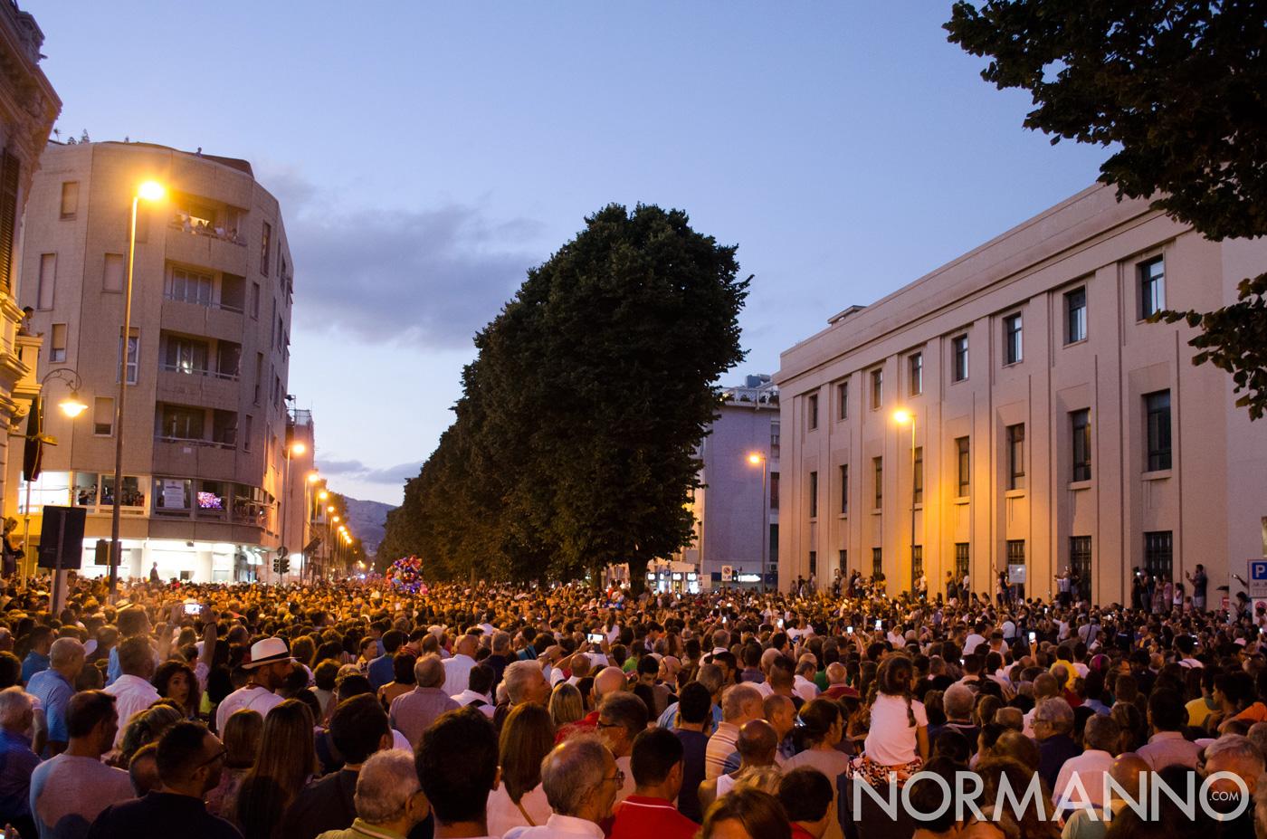 Foto incrocio via I settembre, folla in attesa della Vara - Messina
