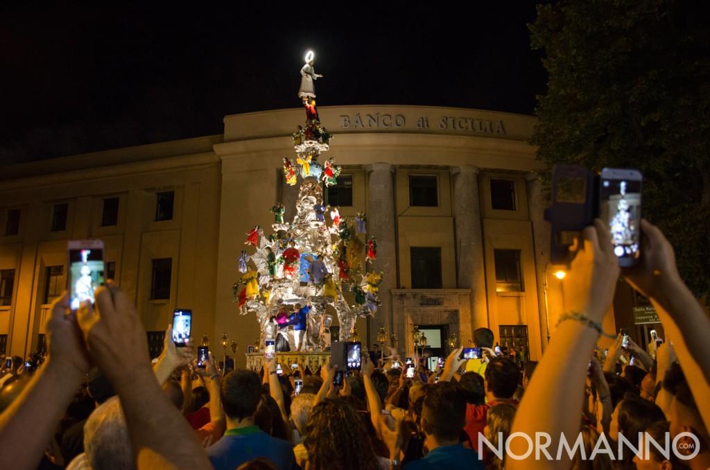 Folla pronta e cellulari in mano per la girata della Vara - Messina