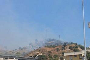 Incendio a Bordonaro: traffico bloccato tra lo svincolo di Gazzi e Messina Centro