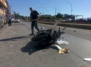 Foto 01 Vigili e Scooter - Incidente sul viale della Liberta - Messina