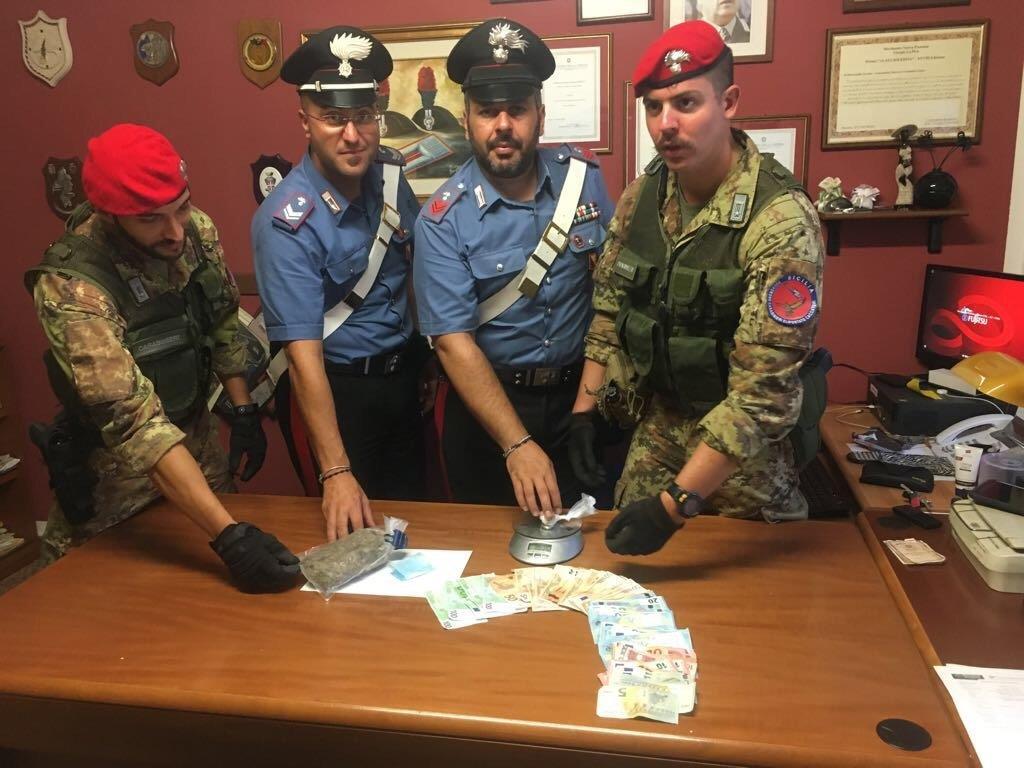 Foto del materiale sequestrato durante il blitz antidroga - Sostanze stupefacenti, denaro e bilancini di precisione