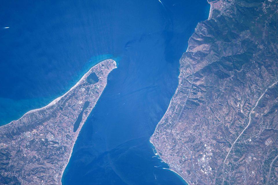 Foto di Paolo Nespoli dello Stretto di Messina visto dalla Stazione ESA
