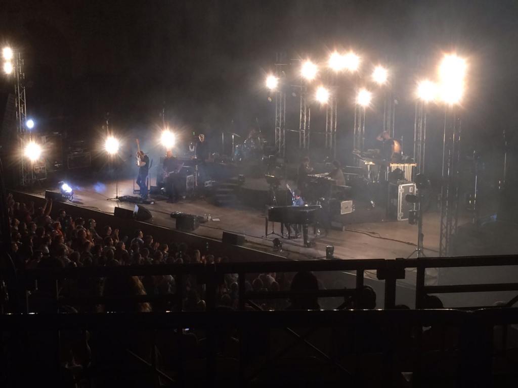 """Daniele Silvestri e i suoi """"acrobati"""" in una delle fasi più concitate del concerto - Teatro Antico di Taormina"""