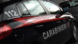Foto dell'auto dei carabinieri vista di profilo