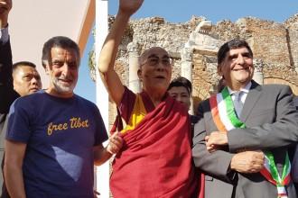 Foto del Dalai Lama a Taormina con Renato Accorinti e Eligio Giardina