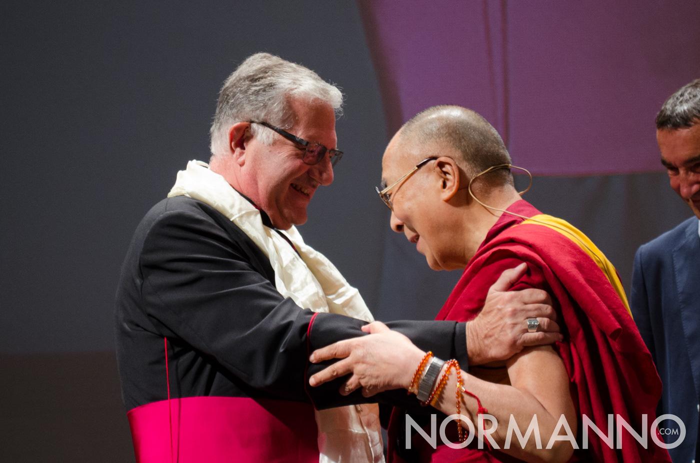 Foto dei saluti fra il Dalai Lama e Mons. Giovanni Accolla, Teatro Vittorio Emanuele Messina