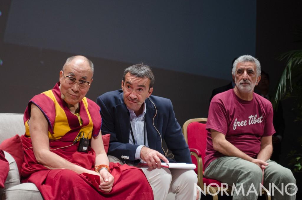 Foto del Dalai Lama al Teatro Vittorio Emanuele, Messina