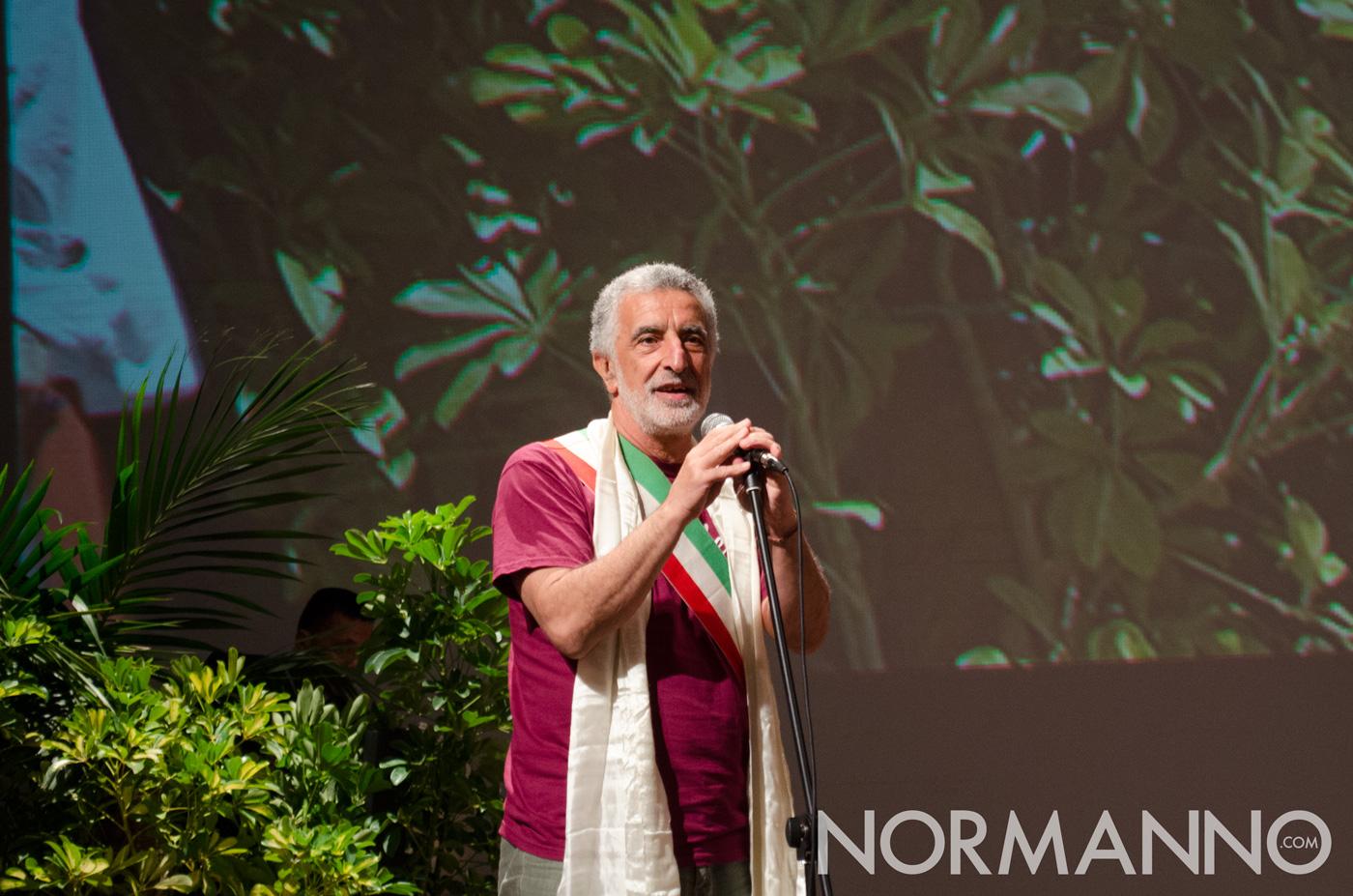 Foto del Sindaco Renato Accorinti con la fascia donata dal Dalai Lama, Messina