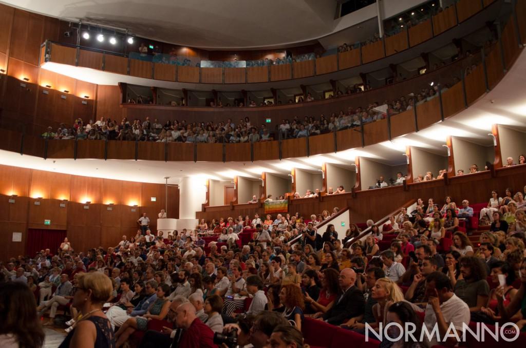Foto del Teatro Vittorio Emanuele pieno, in attesa del Dalai Lama