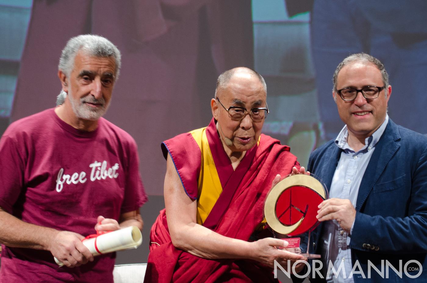 Foto del momento in cui la targa viene donata al Dalai Lama