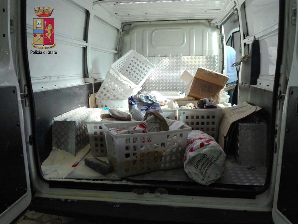 Foto di veicolo che trasportava alimenti avariati - Torrenova, Messina