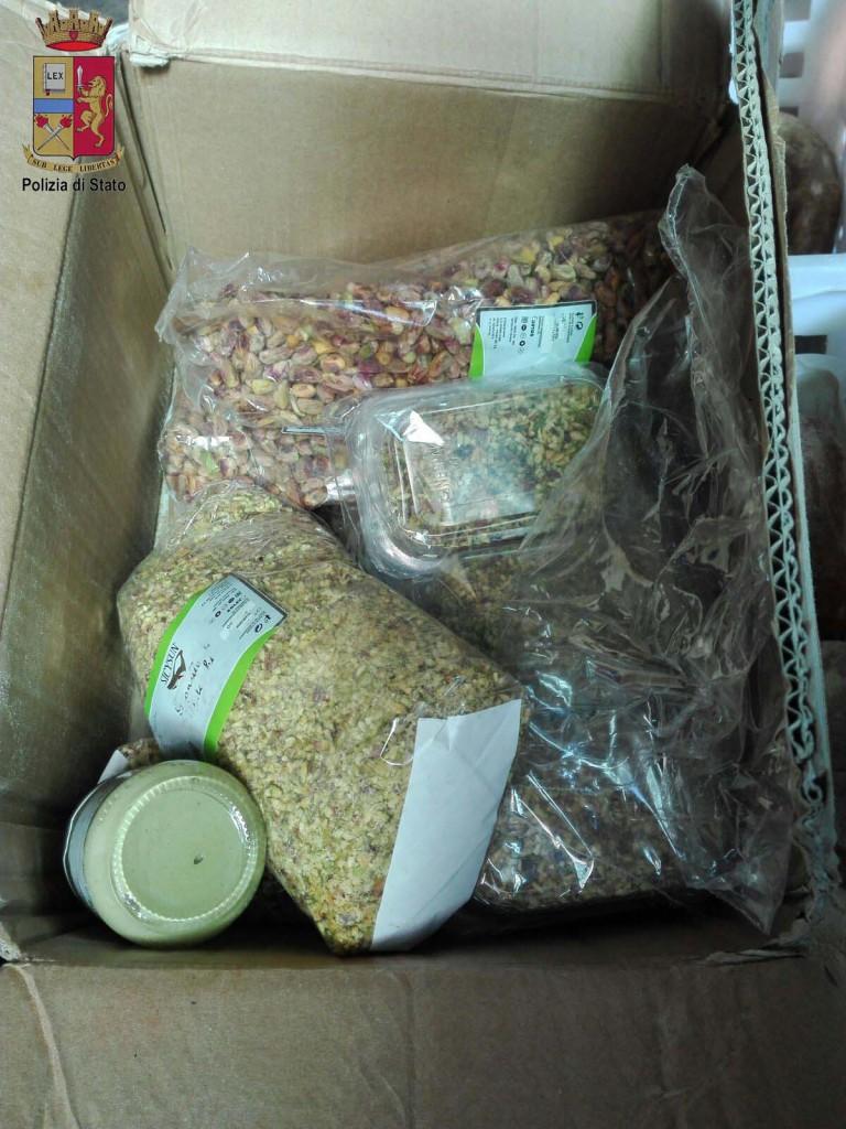 Foto scatole con alimenti avariati - Torrenova, Messina