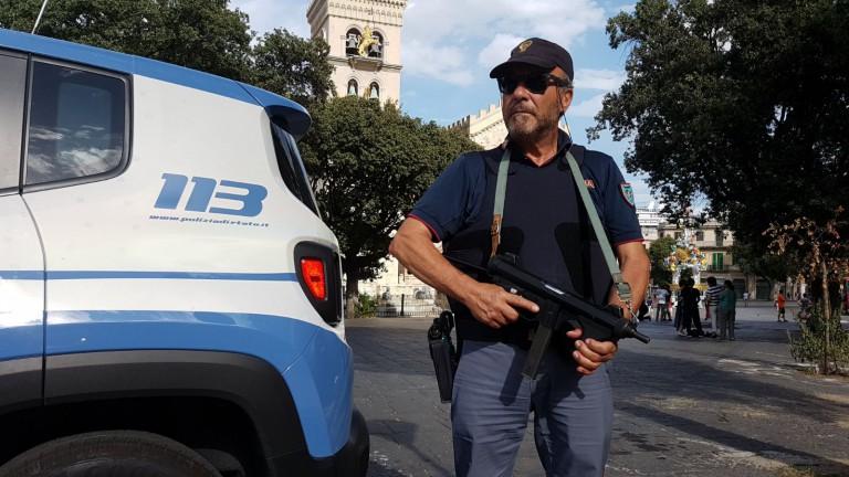 Foto di un poliziotto mentre imbraccia un fucile