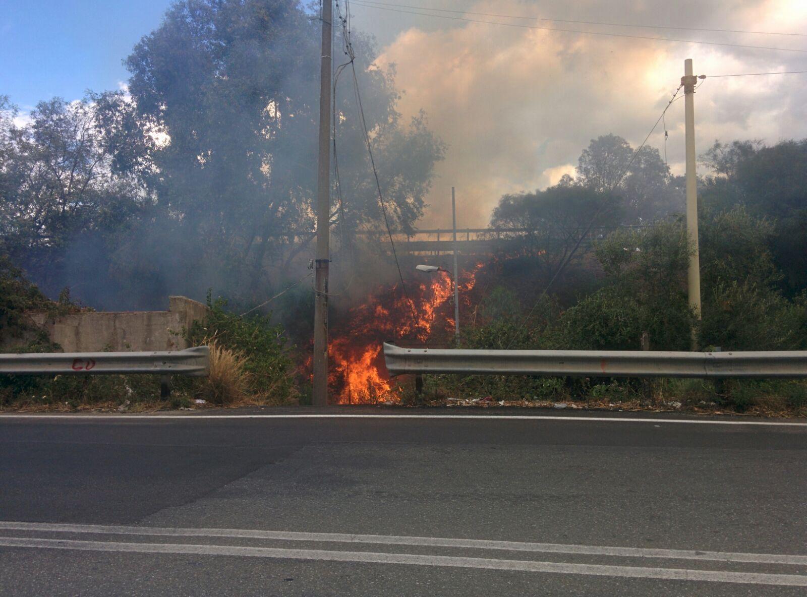 Foto dell'incendio scoppiato a Mili