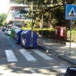 Foto dei cassonetti di via Garibaldi posizionati all'interno delle strisce blu per il parcheggio a pagamento - Messina