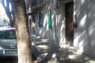 Foto di una strada della città in cui vige la sosta a pagamento priva della segnaletica verticale adeguata - Messina