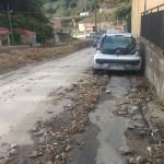 Foto 06 - macchina a bordo strada in mezzo ai detriti dell'endazione torrente S.Michele, Giostra - Messina