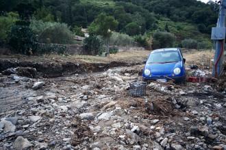 Foto 01 - macchina colpita esondazione torrente S.Michele, Giostra - Messina