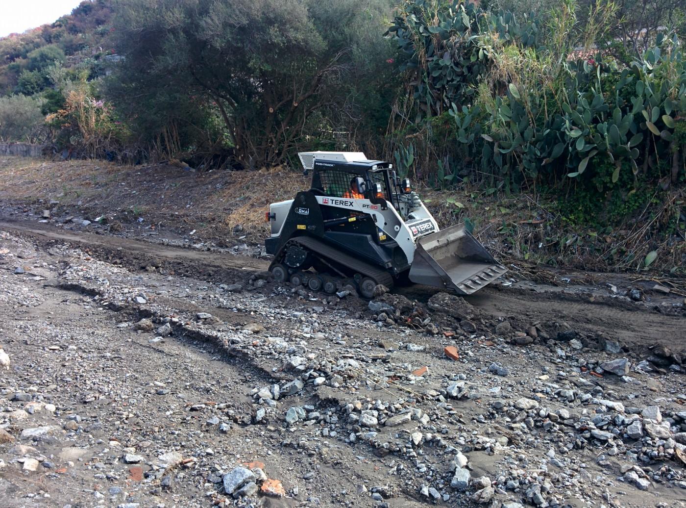 Foto bobcat della Protezione Civile - Ripristino torrente S.Michele, Giostra - Messina