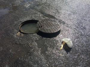 Foto di un tombino scoperchiato a Ganzirri dopo una forte pioggia